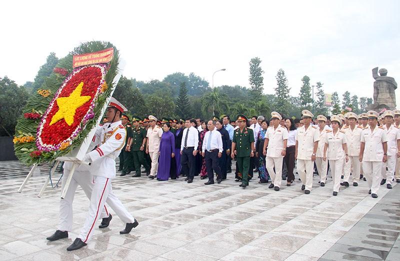 Đoàn lãnh đạo TP tiến vào dâng hương