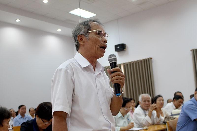 Cử tri Nguyễn Quốc Cường (phường 10) bức xúc về việc để Luật Hình sự 2015 mắc lỗi. Ảnh: LÊ THOA
