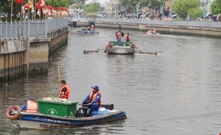 Vớt cá chết trên kênh Nhiêu Lộc - Thị Nghè. Ảnh: TT