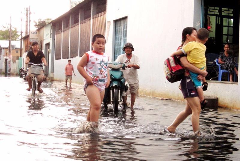 Nhiều năm qua, người dân xung quanh khu vực đường Mã Lò (quận Bình Tân) luôn chịu cảnh ngập mỗi khi trời mưa.