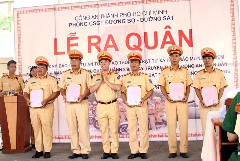 Trung tá Huỳnh Trung Phong khen thưởng cho các chiến sĩ.