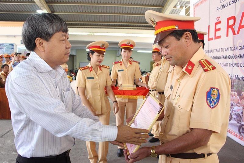 Ông Nguyễn Ngọc Tường - Phó Trưởng ban ATGT TP.HCM cũng tuyên dương chiến sĩ.