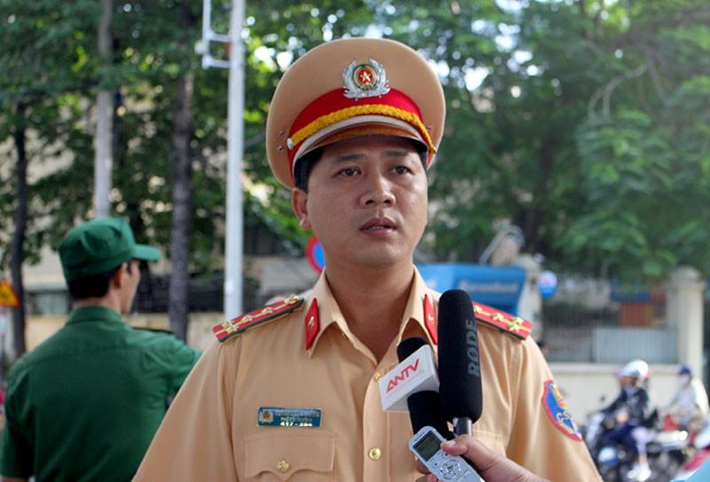 Đại úy Huỳnh Công Thắng – Phó đội trưởng Đội CSGT Chợ Lớn cho biết Đội đã quán triệt cho CBCS điều tiết GT trước cổng trưởng. Ảnh: LÊ THOA