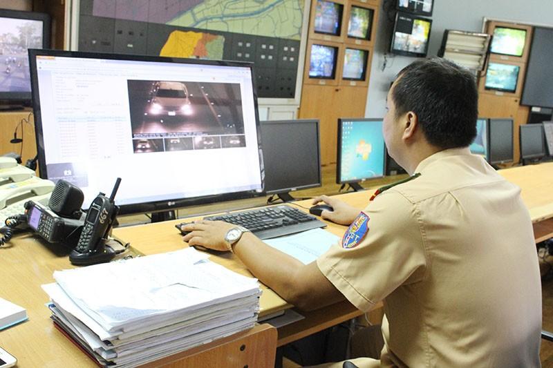Lực lượng CSGT PC67 coi lại các hình ảnh ghi nhận được thông qua các camera được lắp đặt tại các điểm trên TP. Ảnh: LÊ THOA
