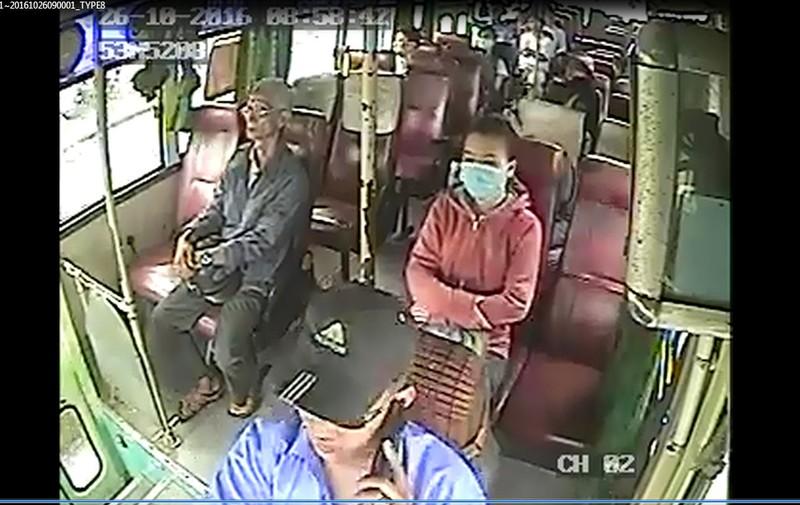 'Nấu cháo' điện thoại, tài xế xe buýt bị tạm ngưng việc - ảnh 1