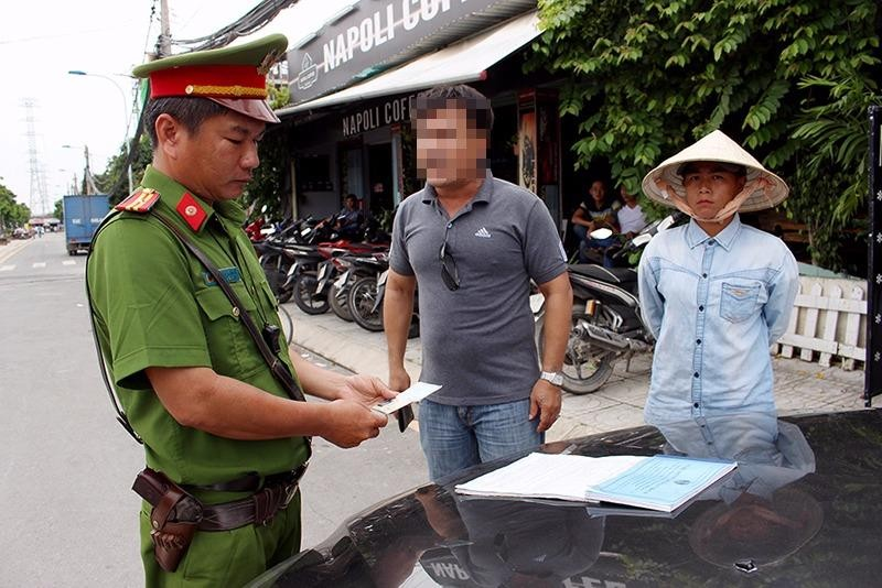 Đi vào đường cấm và 'cãi' với cảnh sát cả buổi sáng - ảnh 2