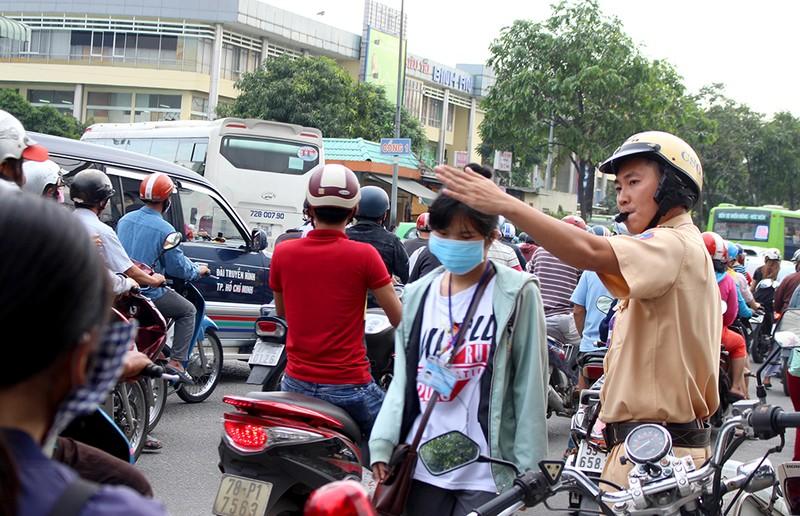 Sau lễ, CSGT phân luồng giảm ùn tắc tại BX Miền Đông - ảnh 2