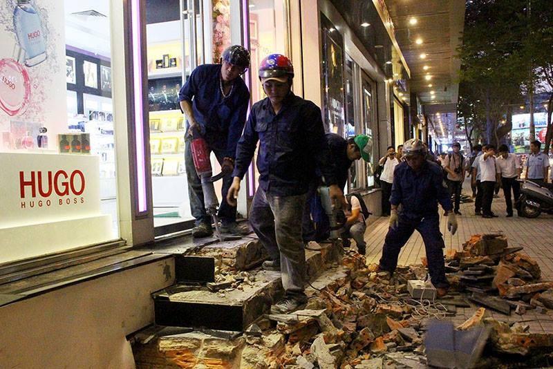 Ông Hải đập bậc tam cấp 10 cửa hàng trước khách sạn - ảnh 1