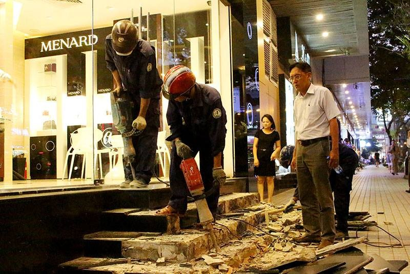 Ông Hải đập bậc tam cấp 10 cửa hàng trước khách sạn - ảnh 3