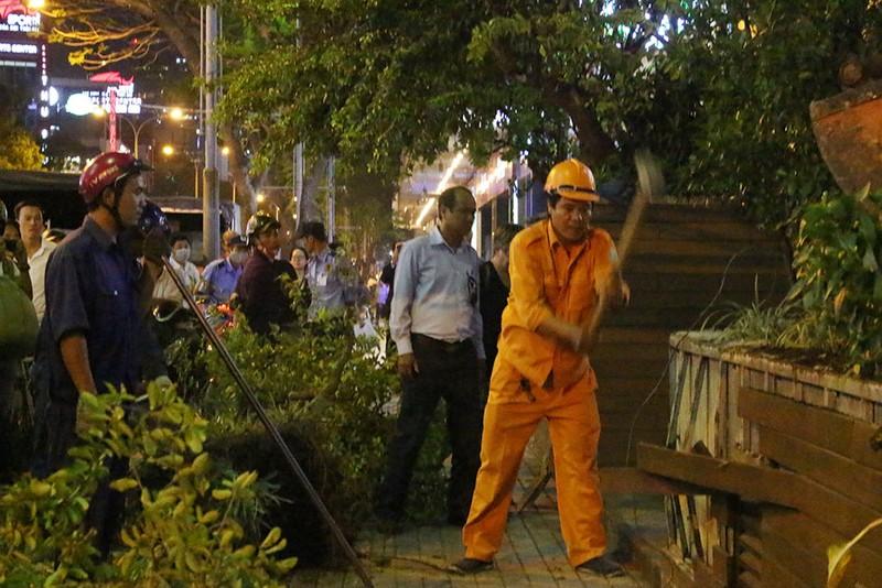 Quận 1 cẩu hàng rào quán cà phê Starbucks - ảnh 2