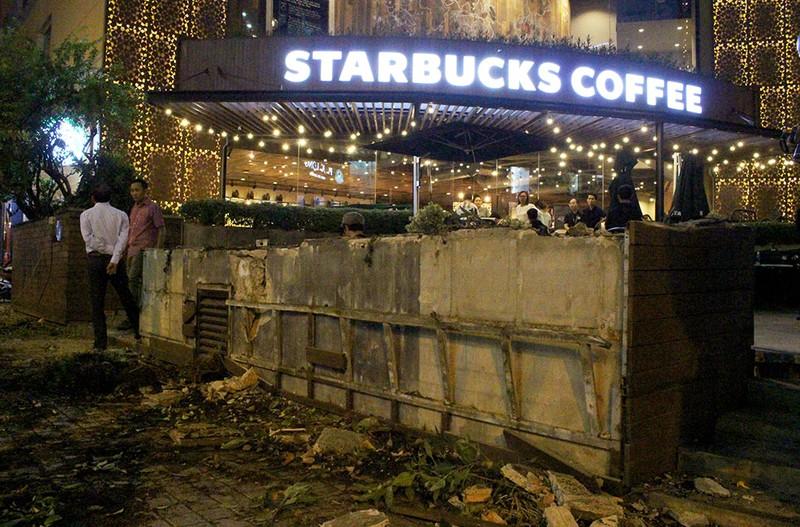 Quận 1 cẩu hàng rào quán cà phê Starbucks - ảnh 8