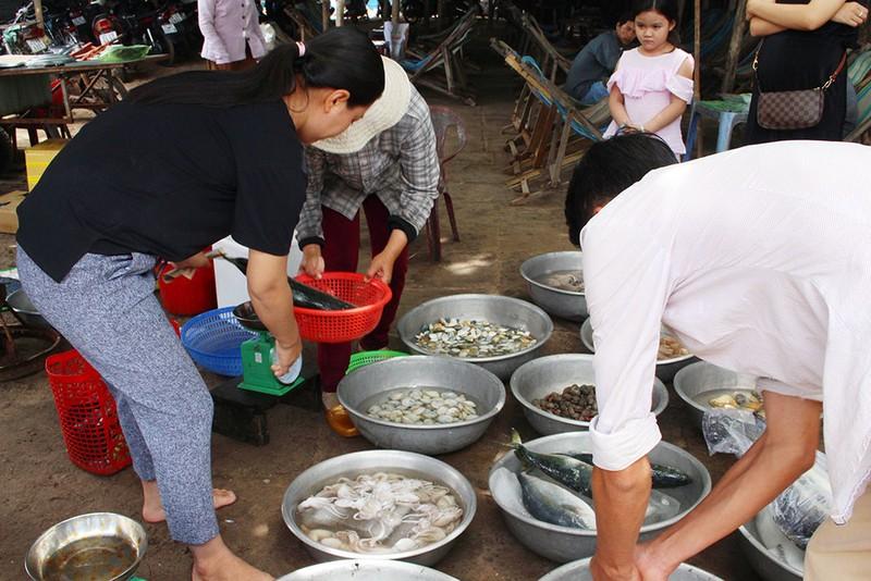 'Chảy nước miếng' với chợ hải sản ở Hồ Tràm - ảnh 10