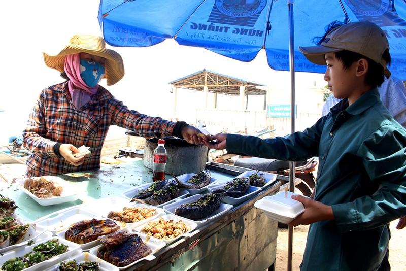'Chảy nước miếng' với chợ hải sản ở Hồ Tràm - ảnh 2