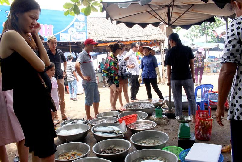'Chảy nước miếng' với chợ hải sản ở Hồ Tràm - ảnh 8