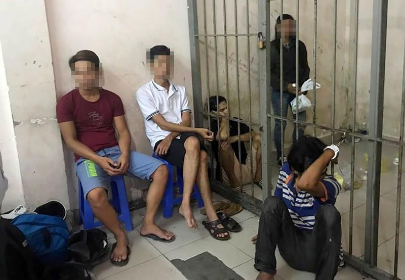 Bắt 8 người nghiện mua ma túy qua ô cửa ở phố Tây - ảnh 1
