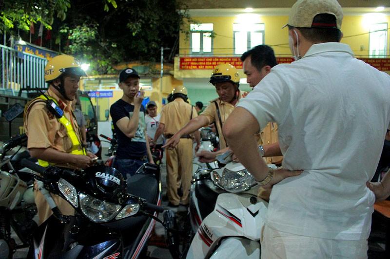 Cảnh sát TP.HCM xử lý nhiều thanh niên cổ vũ quá khích - ảnh 5