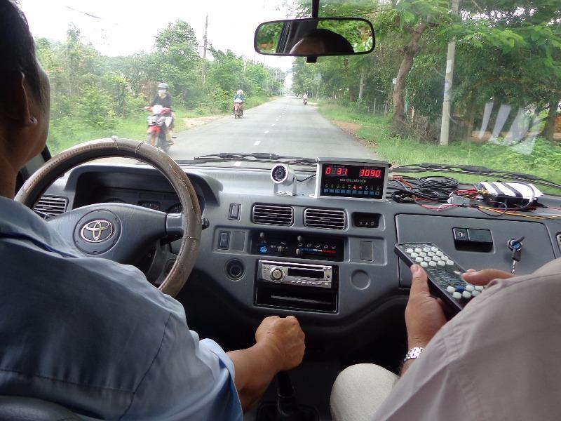 Trên đường trường 2 km khi tăng giảm số để tay lái choạng, xe lấn qua làn bên trái thì bị truất quyền thi sát hạch ngay