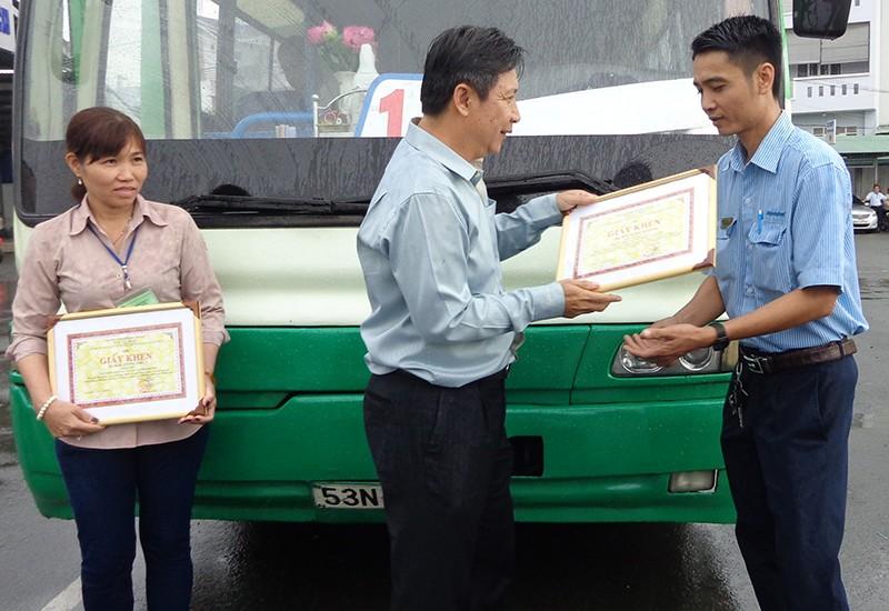 Trao bằng khen cho hai nhân viên xe buýt tử tế - ảnh 1