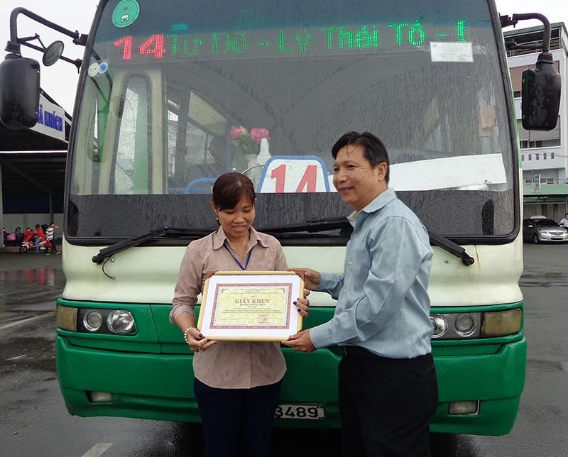 Trao bằng khen cho hai nhân viên xe buýt tử tế - ảnh 2