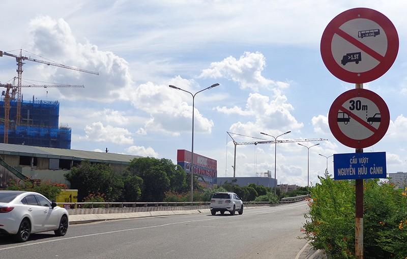Hạn chế xe để sửa cầu vượt Nguyễn Hữu Cảnh - ảnh 1