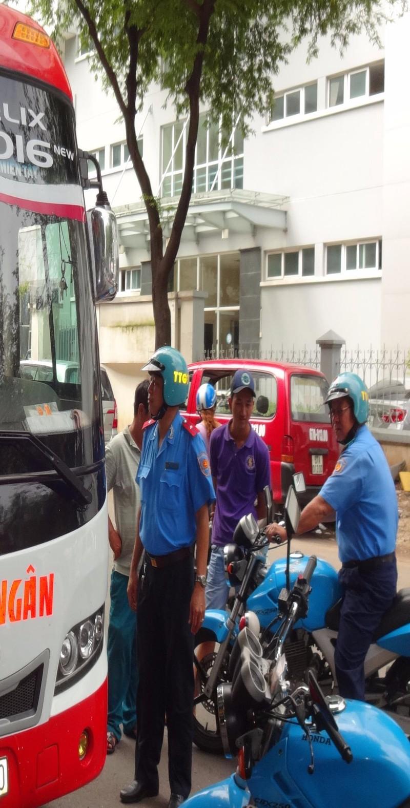 Thanh tra GTVT kiểm tra, xử lý xe khách không có hợp đồng trên đường Tản Đà, quận 5