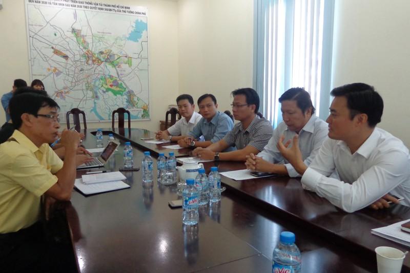 """Giám đốc Sở GTVT, ông Bùi Xuân Cường (bên phải): """"Không thể để những lái xe hung hăng làm xấu đi hình ảnh đội ngũ xe buýt!"""""""