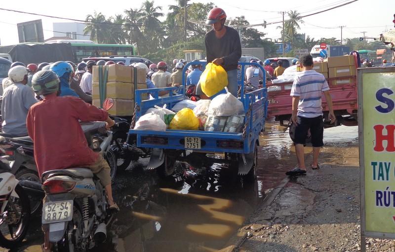 Cảnh sát lội nước điều tiết giao thông - ảnh 2