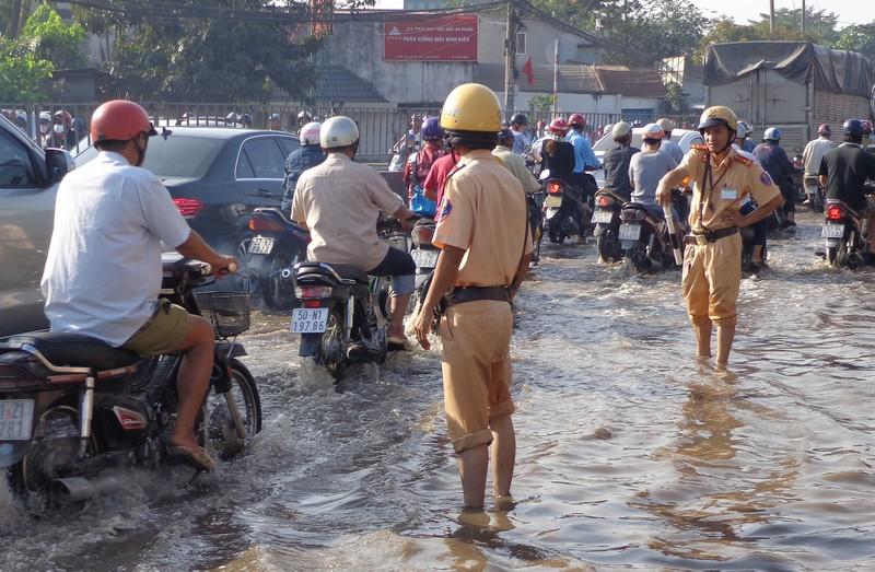 Cảnh sát lội nước điều tiết giao thông - ảnh 3