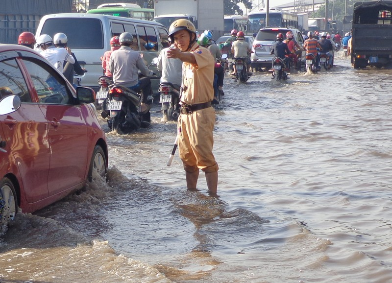 Cảnh sát lội nước điều tiết giao thông - ảnh 4