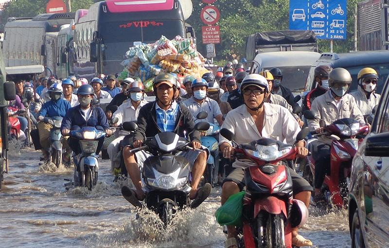 Cảnh sát lội nước điều tiết giao thông - ảnh 5