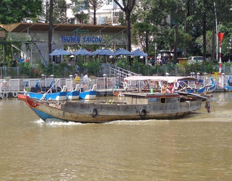 kênh Nhiêu Lộc - Thị Nghè ngang qua bến thuyền du lịch buồn tênh