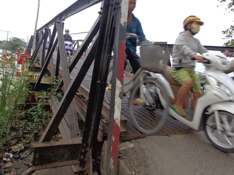 Hồi hộp qua cầu sắt cũ, chờ sập - ảnh 2