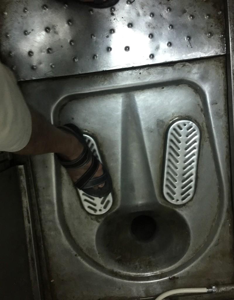 Phóng sự ảnh: Kinh hãi đi tàu thời toilet... hỏng! - ảnh 5