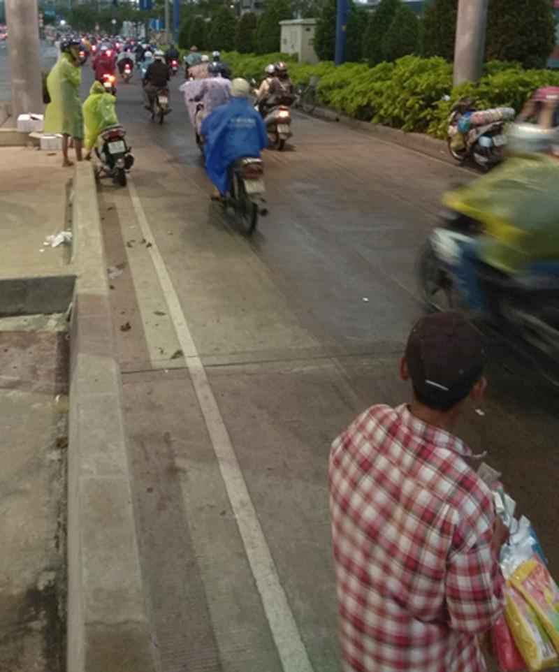 Phát áo mưa miễn phí cho dân qua hầm sông Sài Gòn - ảnh 4