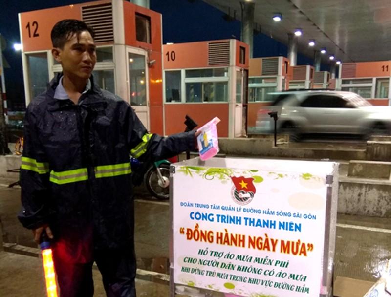 Phát áo mưa miễn phí cho dân qua hầm sông Sài Gòn - ảnh 1