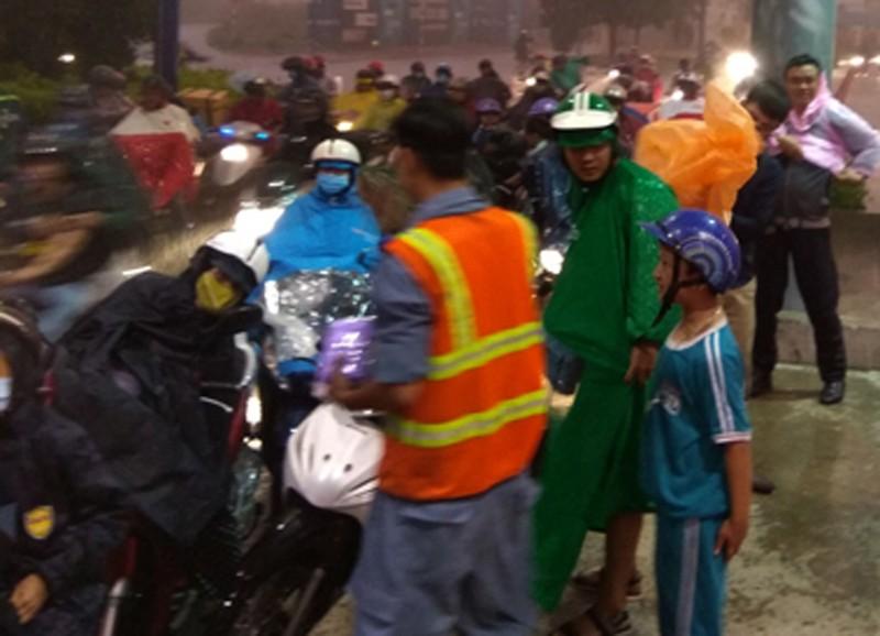 Phát áo mưa miễn phí cho dân qua hầm sông Sài Gòn - ảnh 2