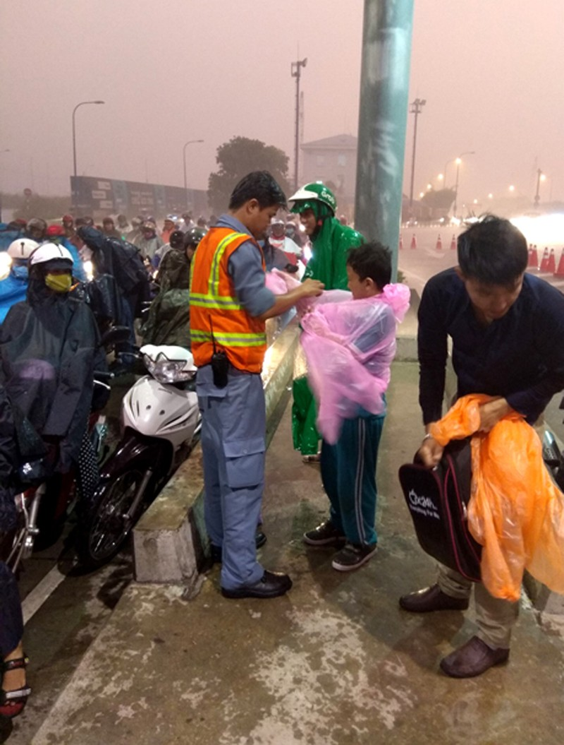 Phát áo mưa miễn phí cho dân qua hầm sông Sài Gòn - ảnh 3