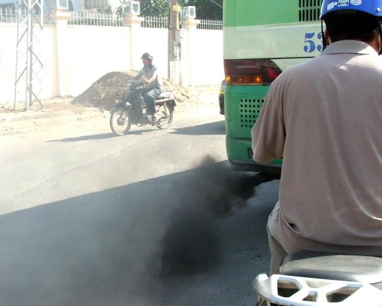 Xe buýt xả khói mịt mù, sao đăng kiểm vẫn đạt? - ảnh 1