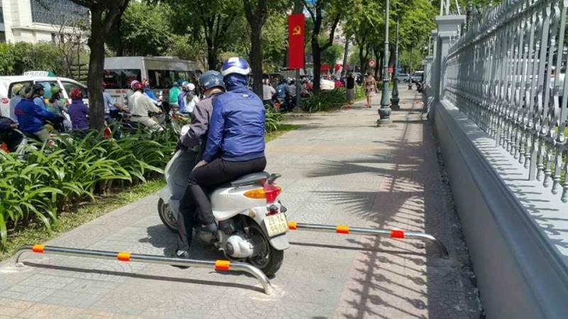 Gắn barie ngăn xe máy leo vỉa hè - ảnh 5