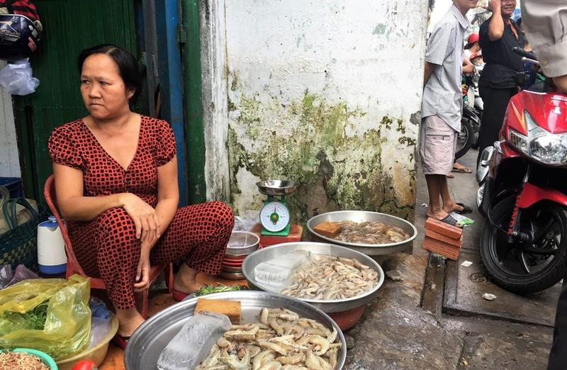 Dẹp vỉa hè, chợ Bà Hoa bỗng... thông thoáng  - ảnh 7