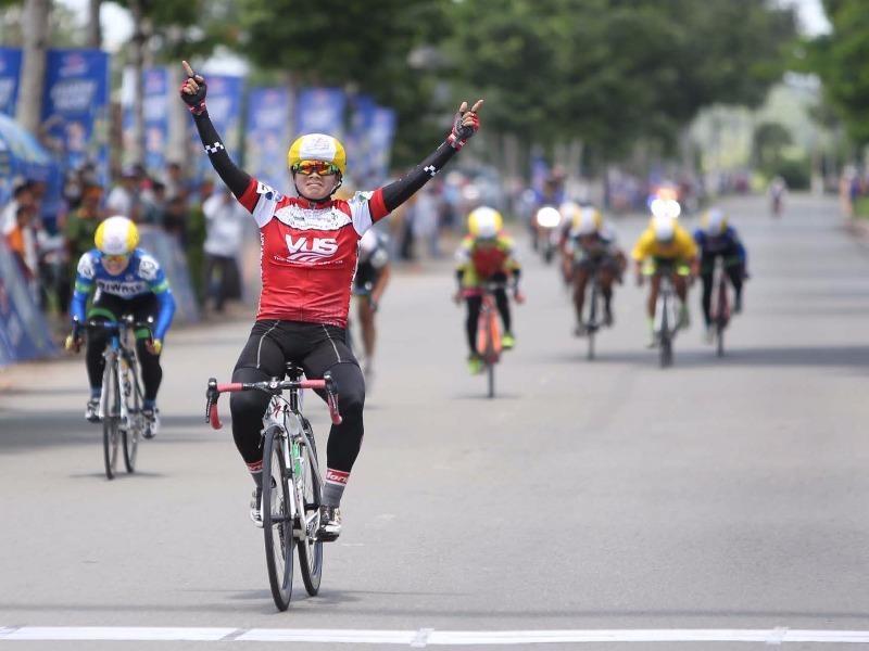 Tay đua VUS TP.HCM Pham Thụy Liên ăn mừng chiến thắng chặng 4