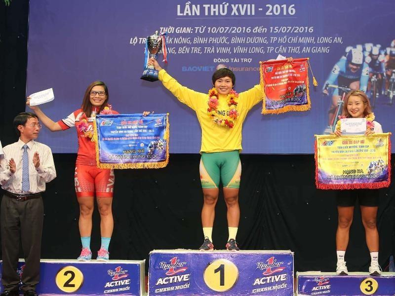 Ba tay đua Phạm Thị Thúy Liên (VUS TP.HCM), Nguyễn Thị Thật, AN Seonjin (Hàn Quốc) trên bục nhận danh hiệu cá nhân
