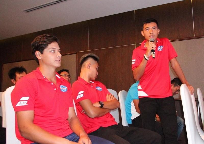 Tay vợt Lý Hoàng Nam (đứng) tự tin sẽ đoạt chức vô địch Men's Futures trên sân nhà