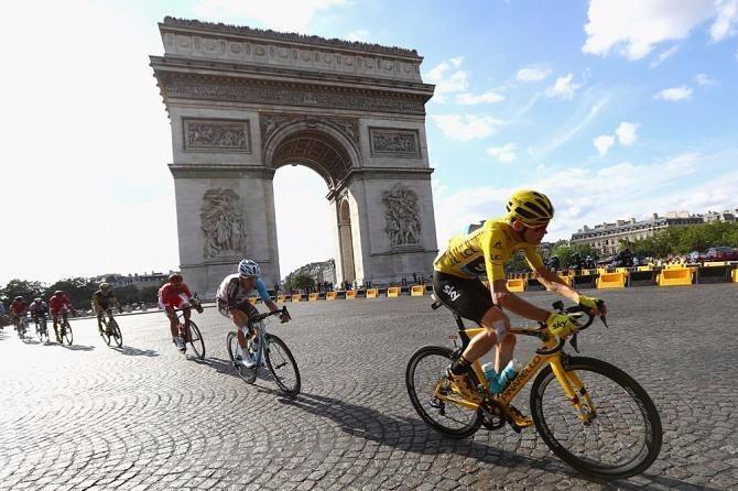 """""""Tê giác"""" cùng đoàn đua tiến vào Khải Hoàn Môn - Pháp tại chặng thi đấu cuối."""