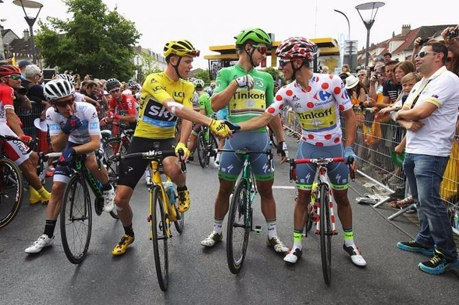 Từ trái qua: Admas Yates đoạt áo Trắng (tay đua trẻ xuất sắc), áo Vàng Chris Froome, áo xanh (nước rút xuất sắc) Peter Sagan, áo chấm Đỏ Rafal Majkai. ẢNH: Getty Image
