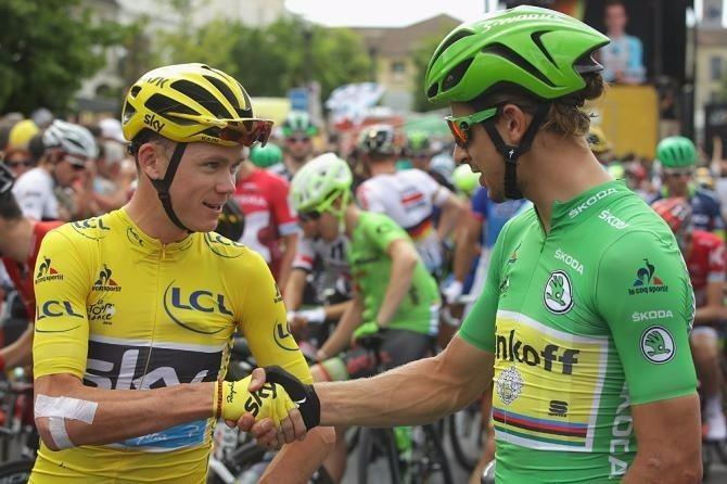 Froome và Peter Sagan bắt tay nhau trước khi kết thúc 21 chặng đua khắc nghiệt nhất thế giới.