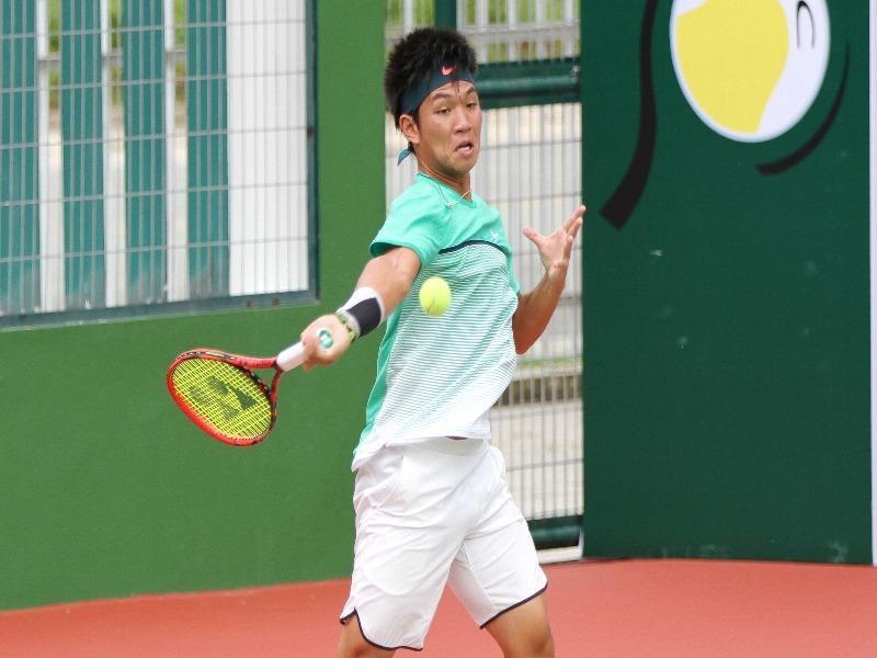 Tay vợt Nguyễn Hoàng Thiên thi đấu xuất thần
