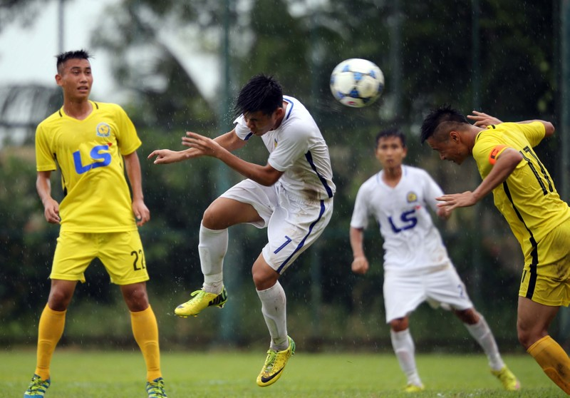 Pha bóng không chiến trong cuộc đối đầu giữa Hà Nội T&T (áo vàng) và QNK Quảng Nam