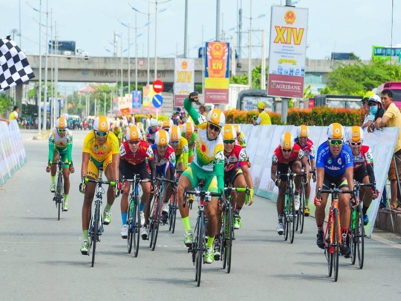Cuộc so kè giữa hai tay đua Nguyễn Thành Tâm (1) với Lê Văn Duẩn (áo xanh dương) luôn hấp dẫn và quyết liệt.