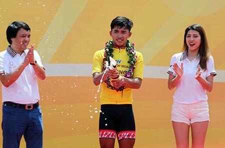 Tay đua Pháp bực tức vì bị Duy Nhân vượt mặt đoạt áo vàng - ảnh 2